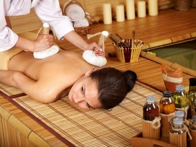 massage aux pochons d'herbes aromatiques
